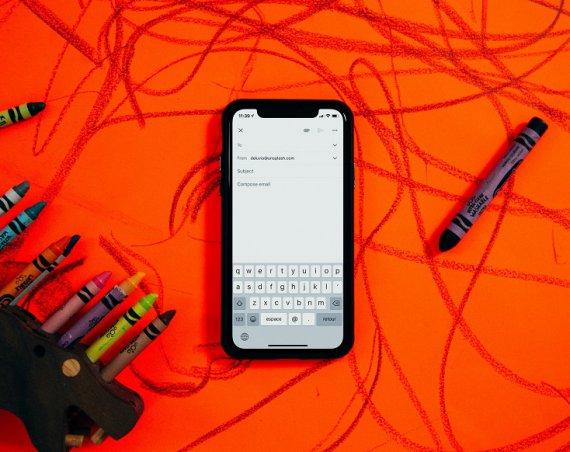 Smartphone et dessins en arrière plan